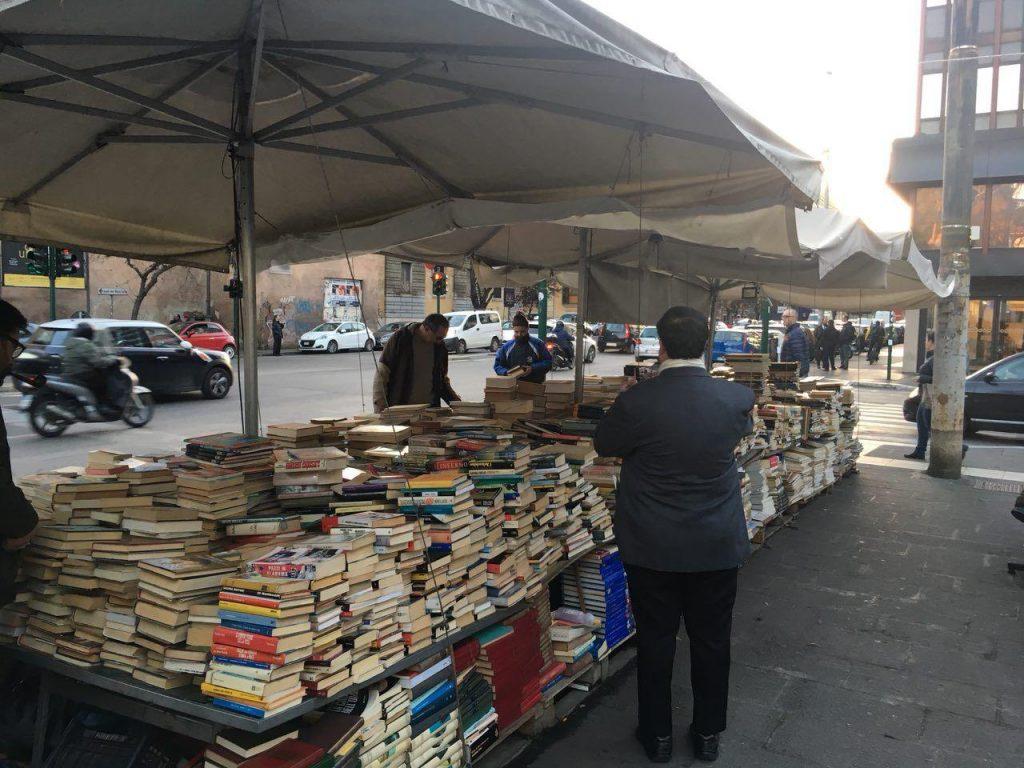 در خیابانهای رم کم نیستند بساط کتابفروشی که جماعتی را به دور خود مشغول کردند....