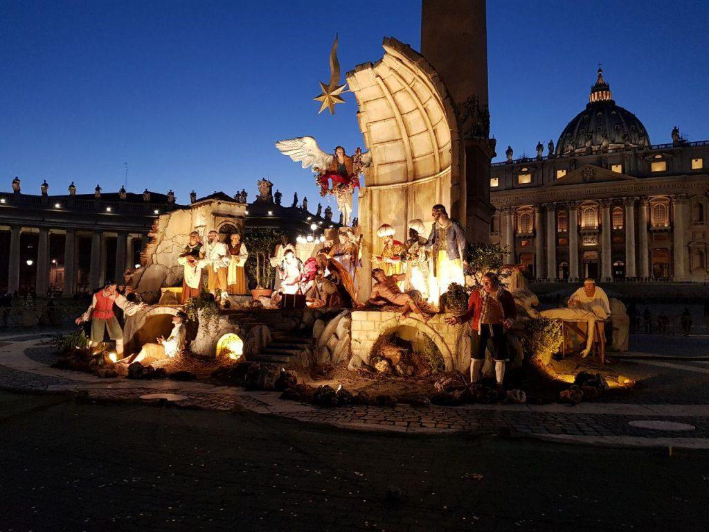 """در گوشه دیگر میدان واتیکان صحنه تولد عیسی مسیح را بازسازی کرده و جماعت دعا کنان بر گردش می چرخیدن و جوانها """" سلفی """" ! می گرفتند.."""