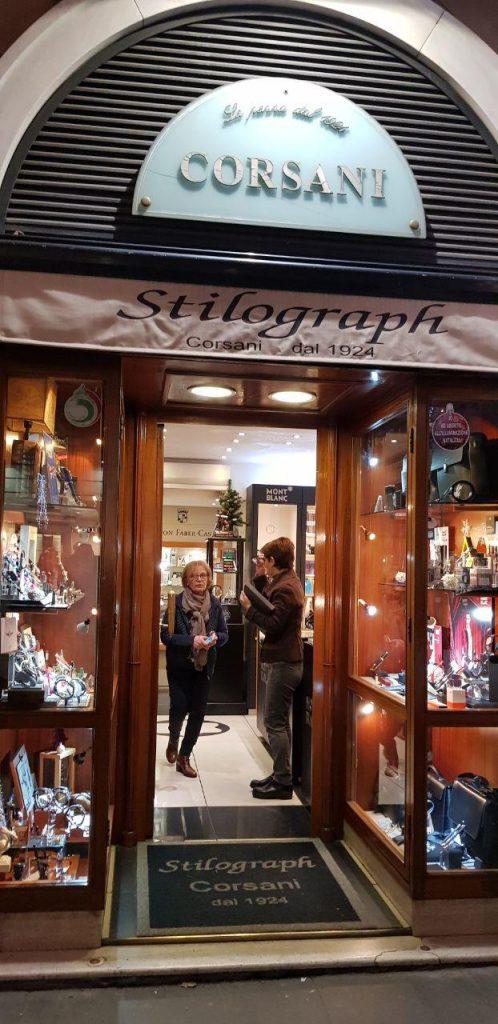 قلم فروشی استیلو گراف کورسانی که امشب در خیابان گردی رم کشف ! کردیم.