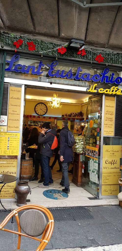 بعد به یاد بهمن محصص به این قهوه فروشی معروف و قدیمی رم رفتیم که بوی قهوه این محل از چند صدمتری مدهوش می کند ادمی را.