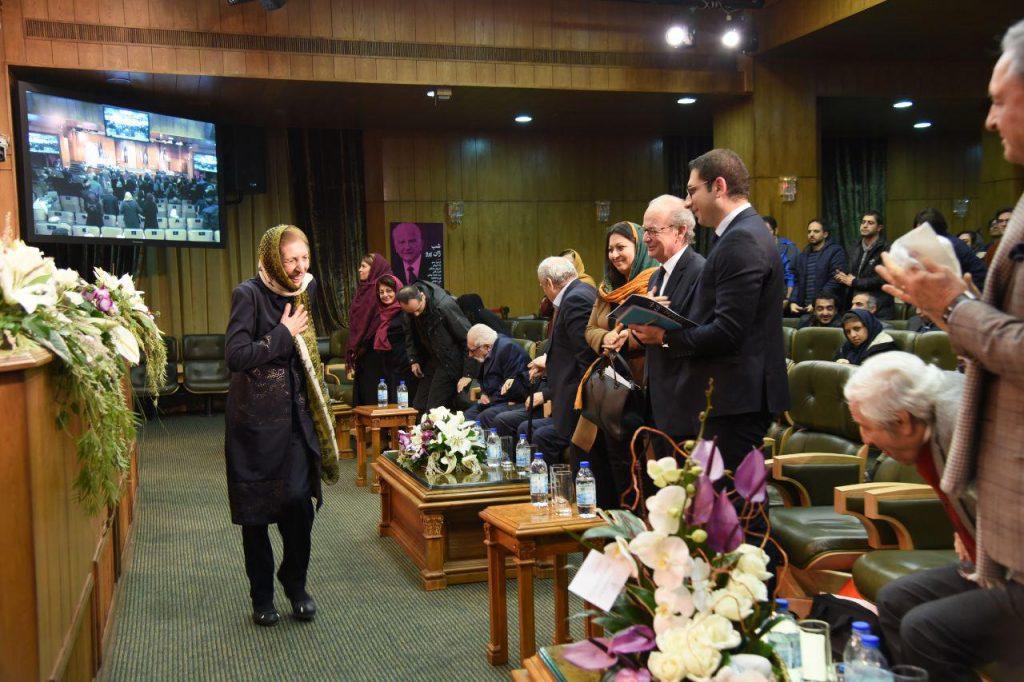 دکتر ژاله آموزگار پس از سخنرانی در شب زان پرو