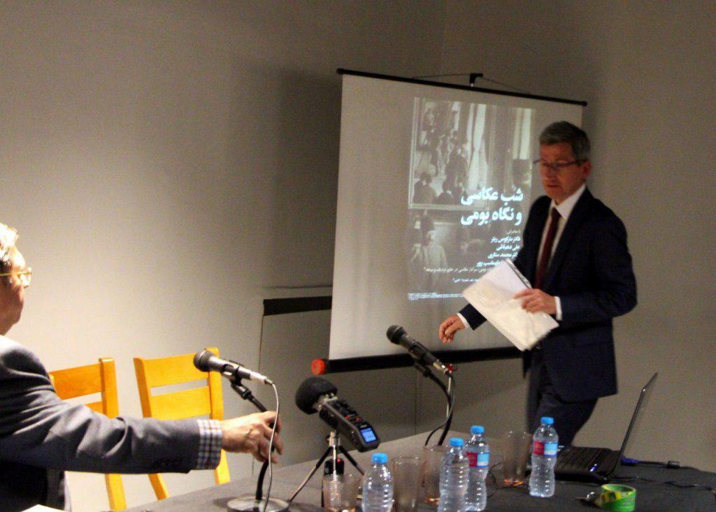 علی دبهاشی بعد از توضیجی کوتاه درباره دکتر یتر از وی دعوت می کند تا سخنانش را آغاز کند.