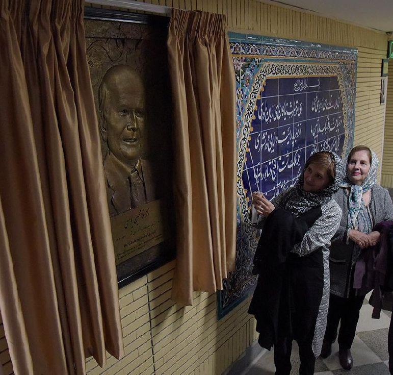 رونمایی از تندیس دکتر یوسفی کار هادی عرب نامی در کنار کتابخانه اهدایی ایشان به دانشکده ادبیات.