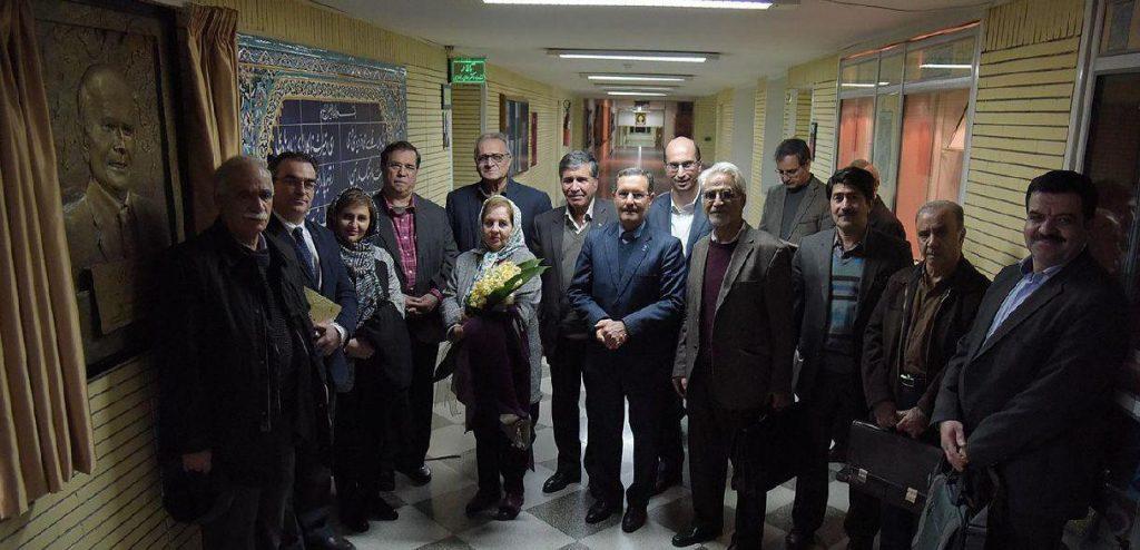 عکسی به یادگار در شب دکتر غلامحسین یوسفی در کنار تندیس استاد