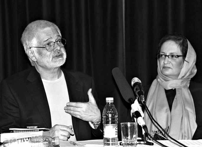 ناهید طباطبایی،نویسنده ایرانی و دکتر هلموت نیدرله ، نویسنده اتریشی در شب داستا نخوانی ایران واتریش.