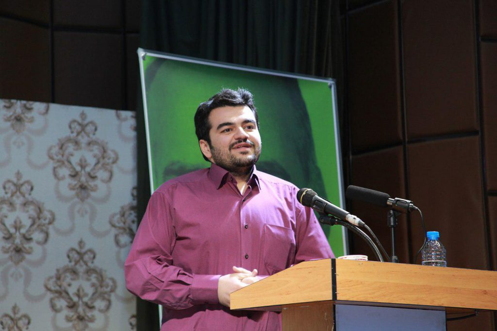 محمد فارسی مدان دانشجوی دوره فوق لیسانس رشته باستانشناسی دانشگاه محقق اردبیلی که نام استاد را به خط کوفی هدیه اورد.
