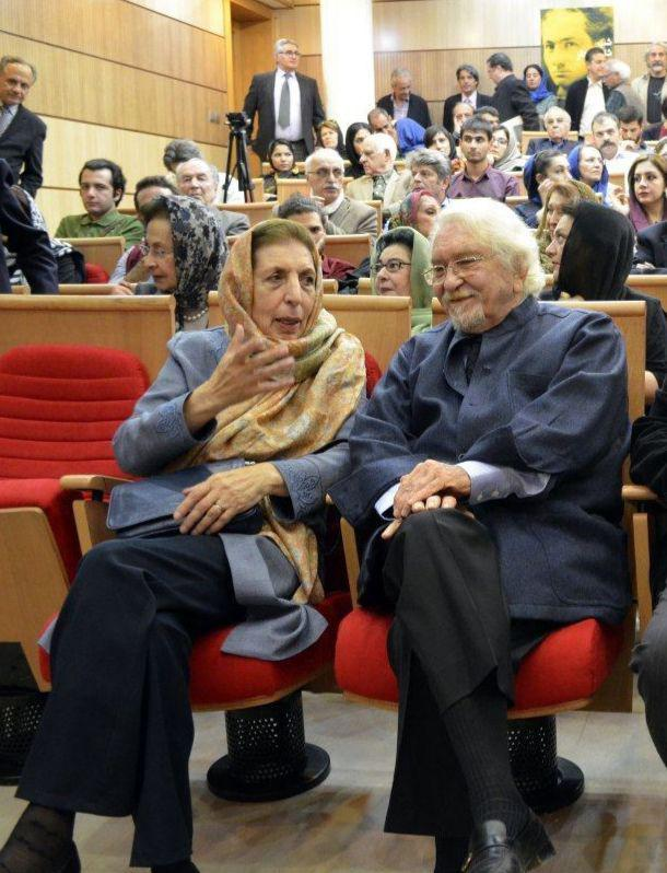 الان از در گذشت نازنینمان با خبر شدم ، به شما ، به خودم و به جامعه ایران تسلیت مى گویم ژاله اموزگار