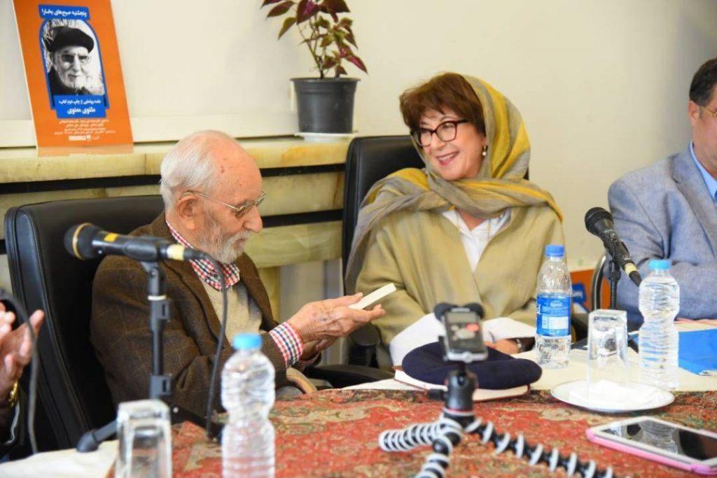 مریم مافی ترجمه خود از مقالات شمس را به دکتر موحد اهدا می کند