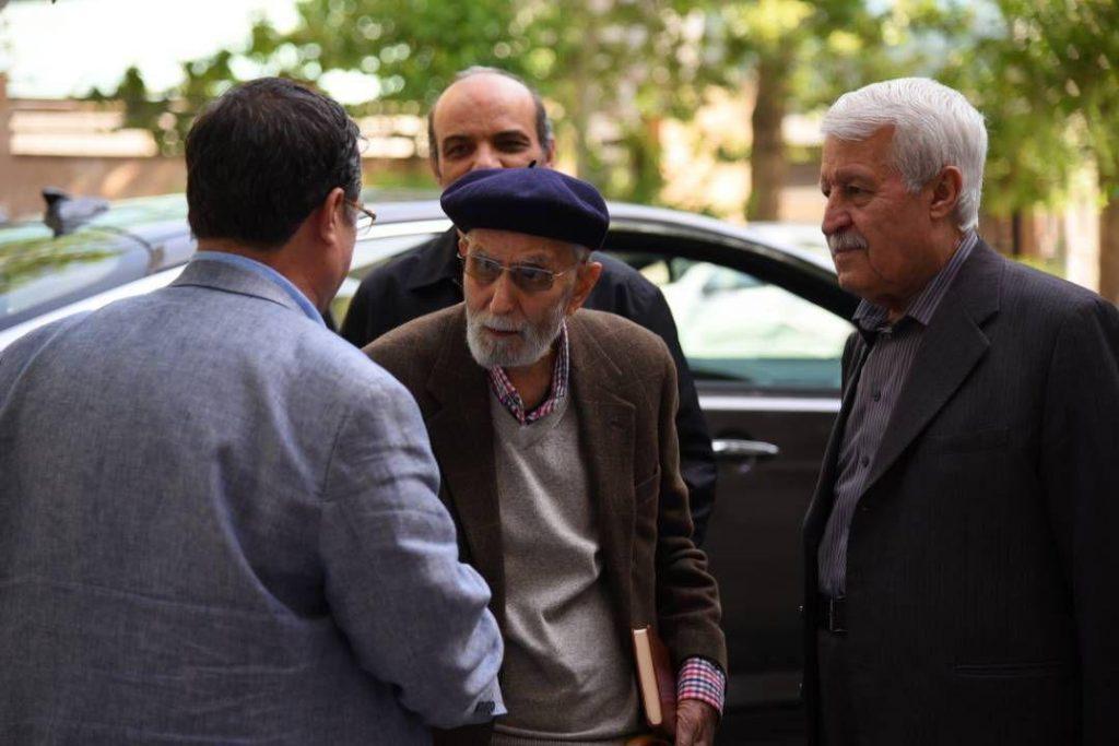 استاد محمدعلی موحد به همراه دکتر توفیق سبحانی هنگام ورود به خانه وارطان