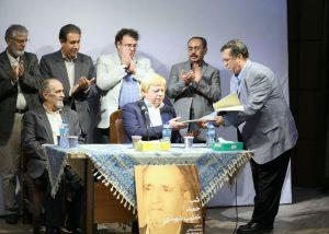 اهدا لوح به دکتر خطیب شهیدی توسط مهندس بهشتی