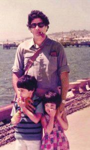 با دو فرزندش در سالهایی نه چندان دور