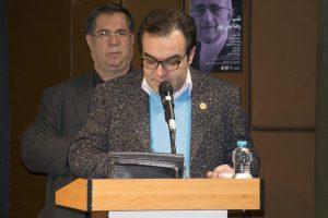 دکتر اتابک وثوقی لوحی از طرف انجمن گفتار درمانی به دکتر نیلی پور اهدا کرد