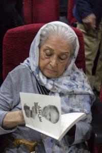 امضای کتاب توسط مرسده بایگان ـ همسر حشمت سنجری