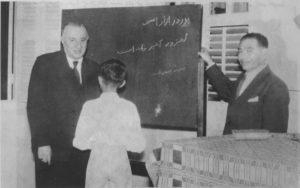 علی اصغر حکمت در مدرسه ایرانیان در بمبئی