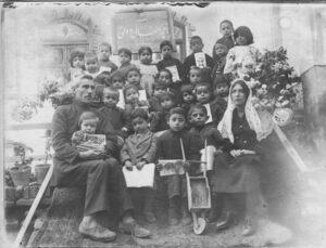 باغچه اطفال تبریز، سال 1303. جبار و صفیه باغچهبان به همراه اولین فرزندشان ثمین