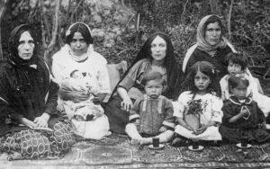 صفیه میربابایی و علویه خانم مادر او (نخستین نفر ست چپ) در جمع خانواده. ثمینه نوزادی است که در آغوش یکی از اعضای خانواده است. ثمین نیز جلوی مادرش نشسته است. تبریز، سال 1304.