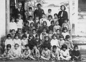 جبار باغچهبان و صفیه میربابایی به همراه کودکان کودکستان شیراز، فروردین 1311