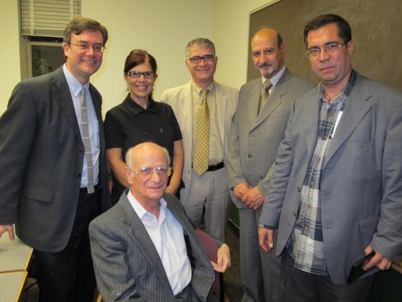 نشسته : حشمت مؤید. ایستاده از راست: علی دهباشی، حسن لاهوتی، حمید اکبری و همسرش و فرانکلین لوئیس ـ دانشگاه شیکاگو اکتبر 2010