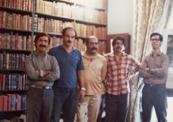 منزل آیدین آغداشلو از راست : علی دهباشی ، عباس عارف، جواد مجابی ، آیدین أغداشلو و محمدرضا آتشزاد ( شهریور 1365)