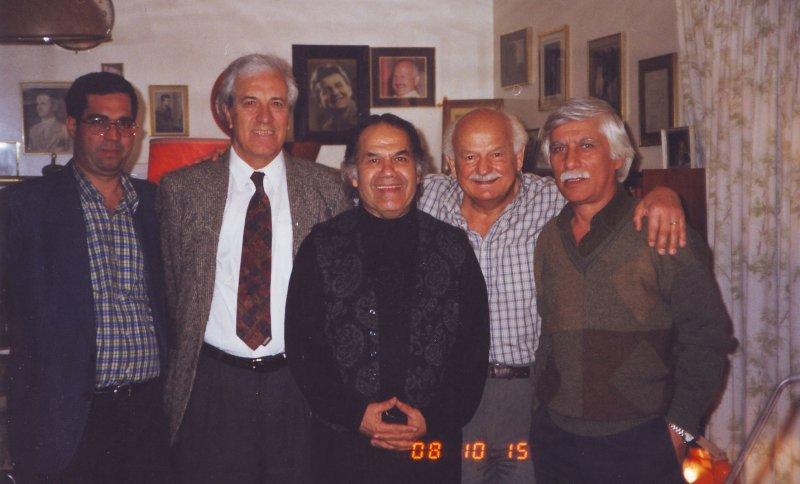 منزل علی هاشمی ـ پاییز 1377 از راست: بهرام بیضایی، علی هاشمی، سیروس ابراهیم زاده، ایرج پارسی نژاد و علی دهباشی