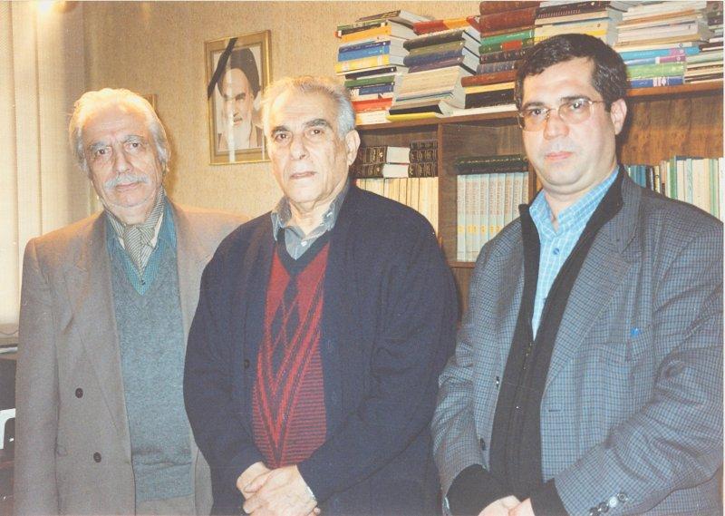 دفتر مجله دانستنیها ـ آذر 1382 ـ از راست : علی دهباشی، هوشنگ طالع و علی بهزادی