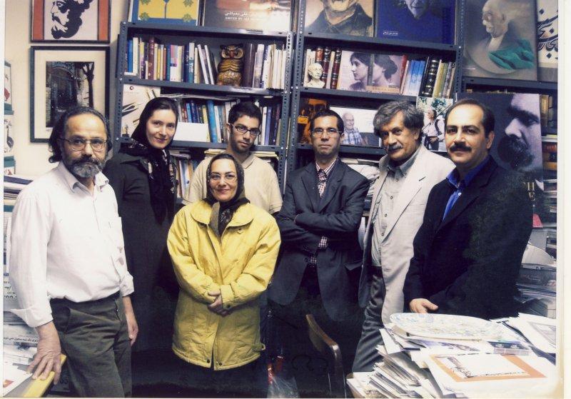 دی 1385 ؛ از راست: دکتر سعید فیروزآبادی ، عمران صلاحی ، دهباشی، شهاب، خانم سوسن قائم مقامی ـ کاتیا فولمر و همسر خانم قائم مقامی