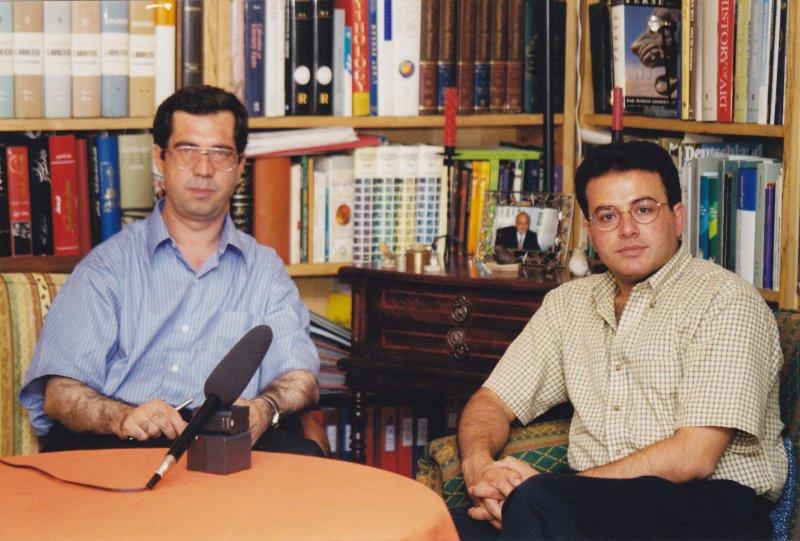 جلسه مصاحبه در منزل دهباشی ـ مهرزاد بروجردی ، علی دهباشی ( عکس از مهرآور)ـ 1379